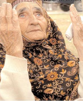 isl-mother-still-crying-and20-praying